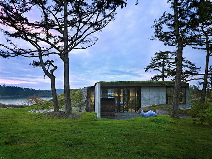 Стильный дом встроенный в скалу на островах Сан-Хуан