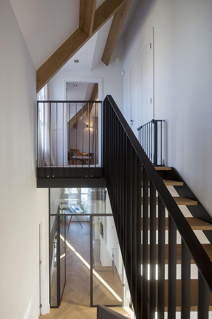 Металлическая лестница в семейном доме в Амстердаме