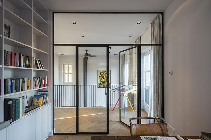 Кабинет и библиотека со стеклянными дверями