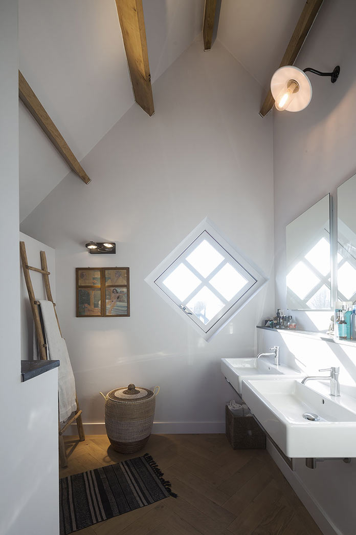 Ванная комната под скатной крышей с декором из деревянных балок