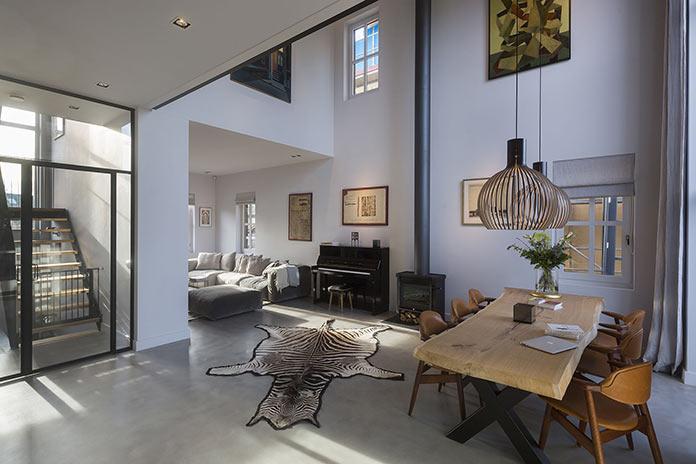 Гостиная с шестиметровым потолком в семейном доме в Амстердаме