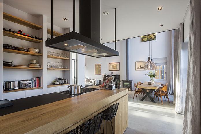 Вид на кухню и гостиную с шестиметровым потолком