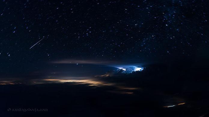 Удивительное ночное небо, вид с борта самолета
