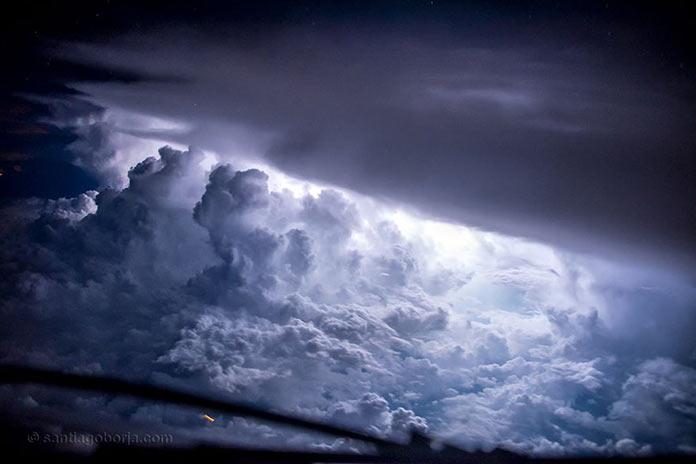 Слоеное ночное небо, вид с борта самолета