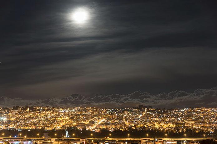 Ночное небо над городом, вид с борта самолета