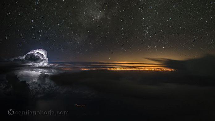 Удивительное ночное небо, вид из кабины пилота