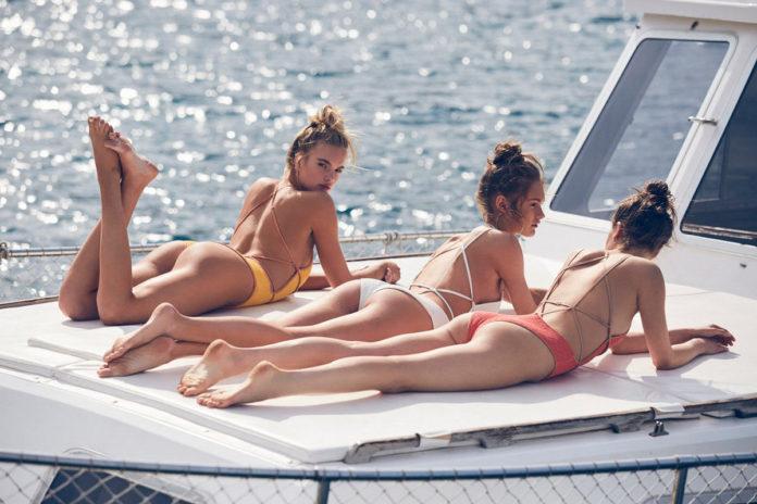 Девушки-модели в бикини на испанском побережье, Майорка