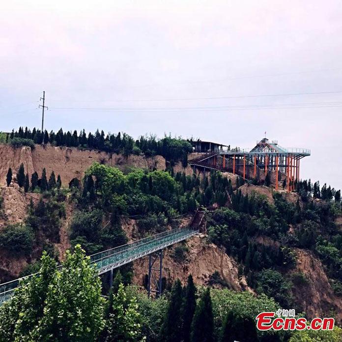 В северном Китае, в провинции Шаньси для туристов открыли стеклянную горку