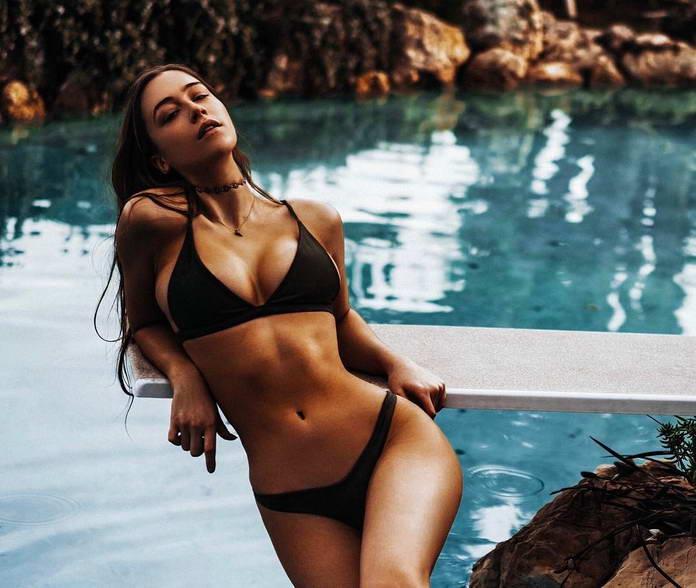 Эльзи Хьюитт в бикини у бассейна