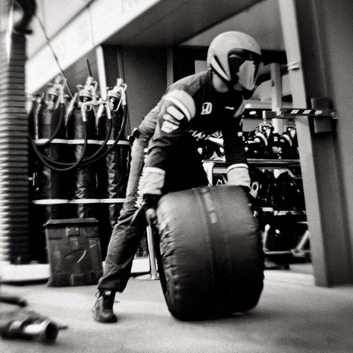 Пит-стоп Формула-1, фото на старинную камеру, Джошуа Пол