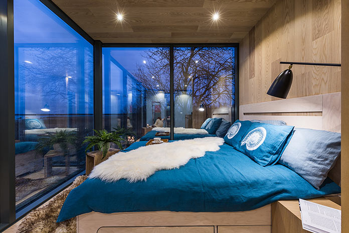 Спальня с видом на окружающий ландшафт. Модульный мини-дом ÖÖD