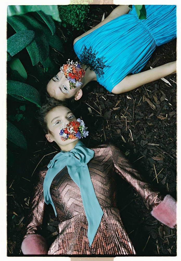 Михаль Пуделка, девушки с цветами во рту лежат на земле, арт-фото