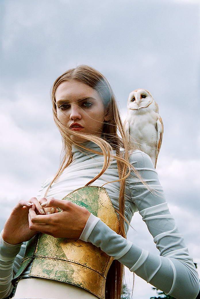 Михаль Пуделка, девушка с птицей на плече, арт-фото