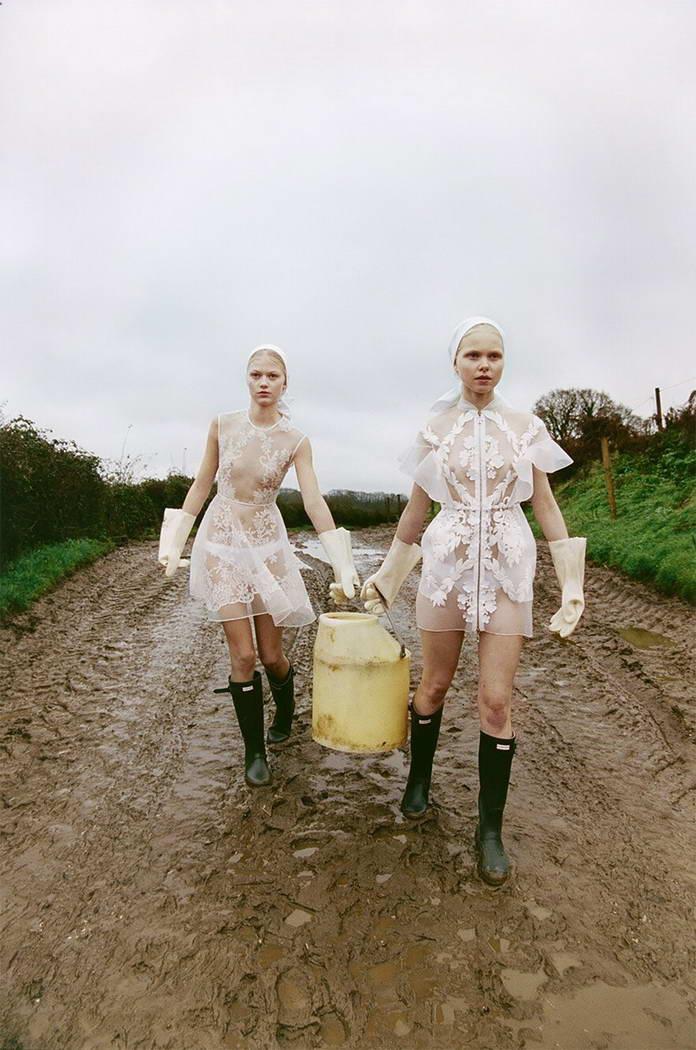 Михаль Пуделка, девушки с бидоном идут по грязи, арт-фото