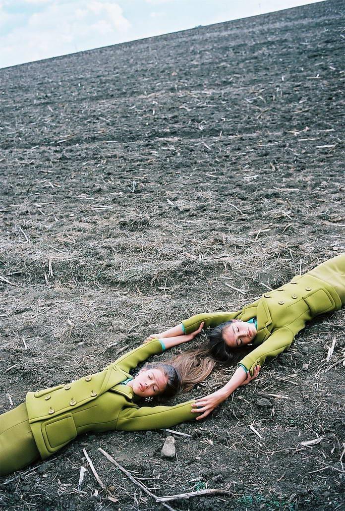 Михаль Пуделка, девушки лежат на земле, арт-фото