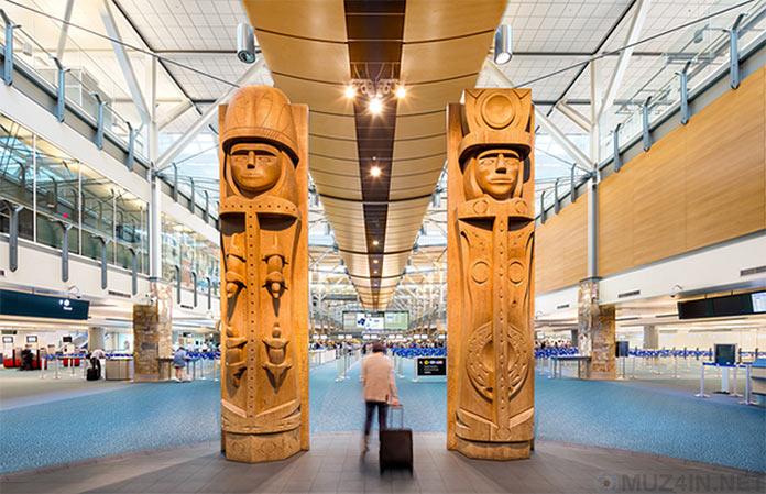 Скульптуры в аэропорту
