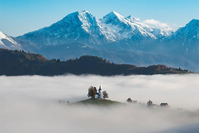 Туманная долина перед восходом солнца, церковь Святого Фомы, Словения