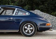 Винтажный Porsche 911E 1972 года синего цвета