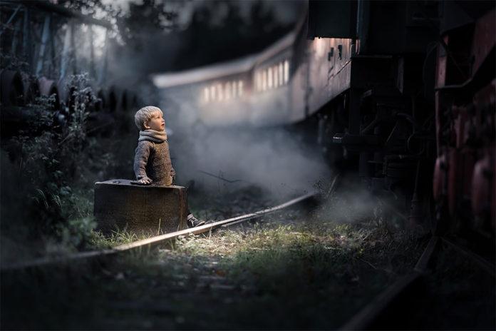 Goodbye… by Iwona Podlasinska. Мальчик провожает поезд