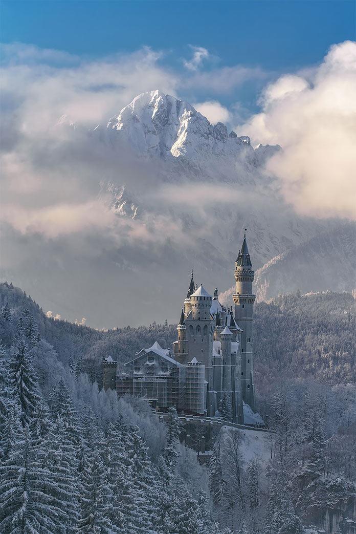 Winter Fairytale by Achim Thomae. Замок в заснеженном гоном лесу