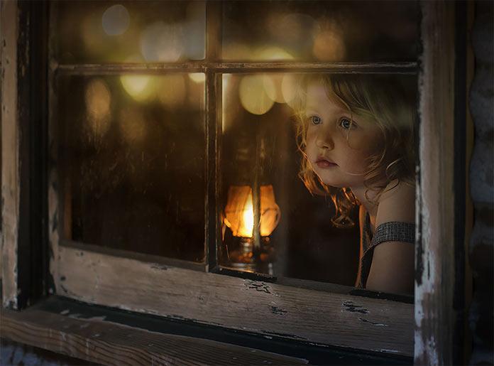 Девочка смотрит в окно. Автор: Елена Шумилова