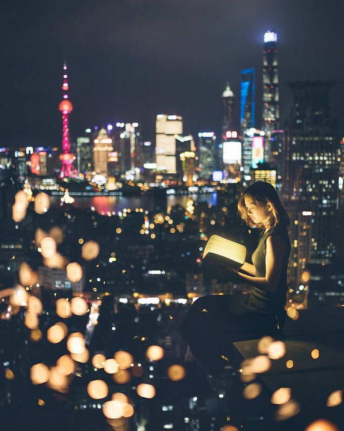 Шанхай, Китай, городские огни, девушка с книгой