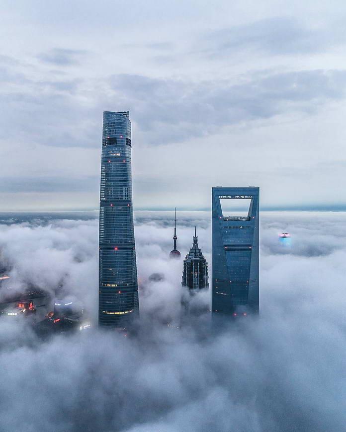 Шанхай в тумане, вершины небоскребов, Китай