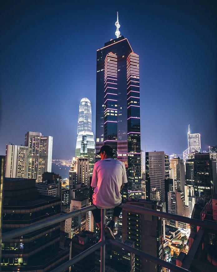 Гонконг, Китай, городской пейзаж, вершины небоскребов, человек на краю
