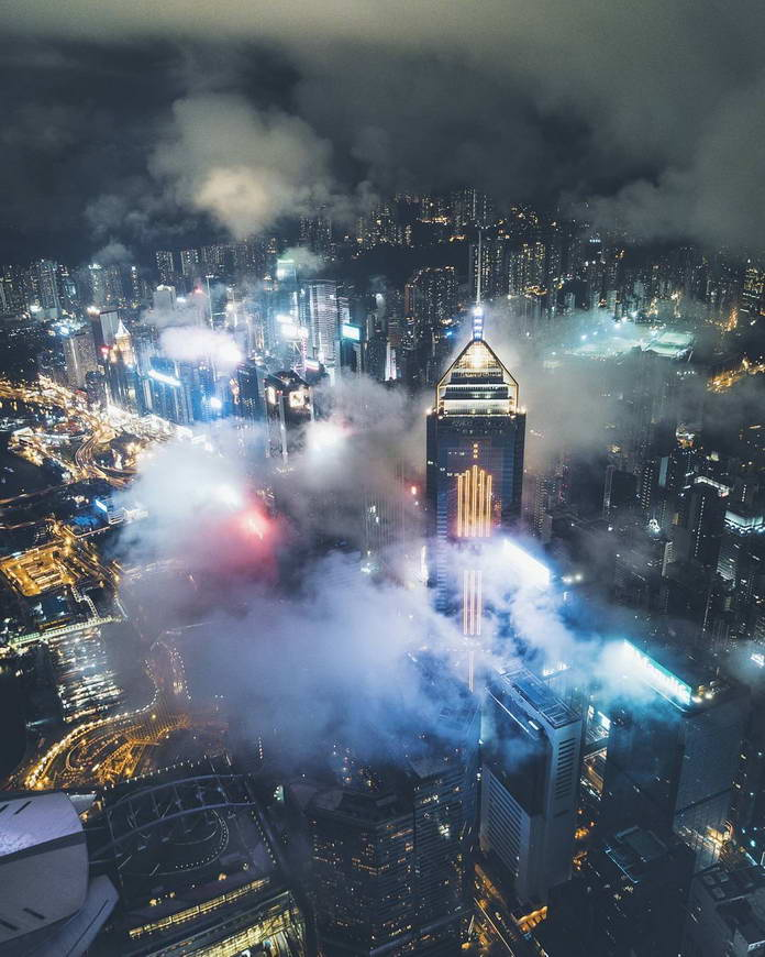 Гонконг, Китай, вершины небоскребов в облаках