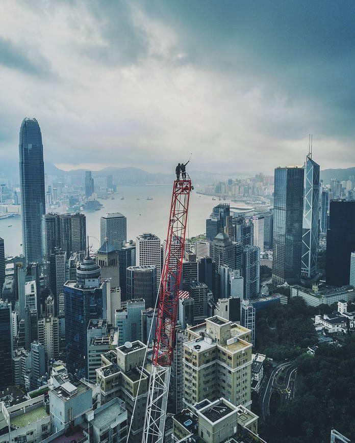Люди на вершине строительного крана. Гонконг, Китай, городской пейзаж