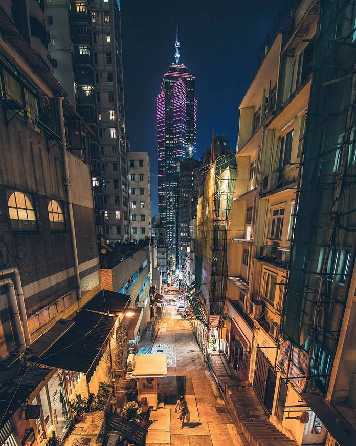 Старый квартал и вид на небоскреб. Гонконг, Китай