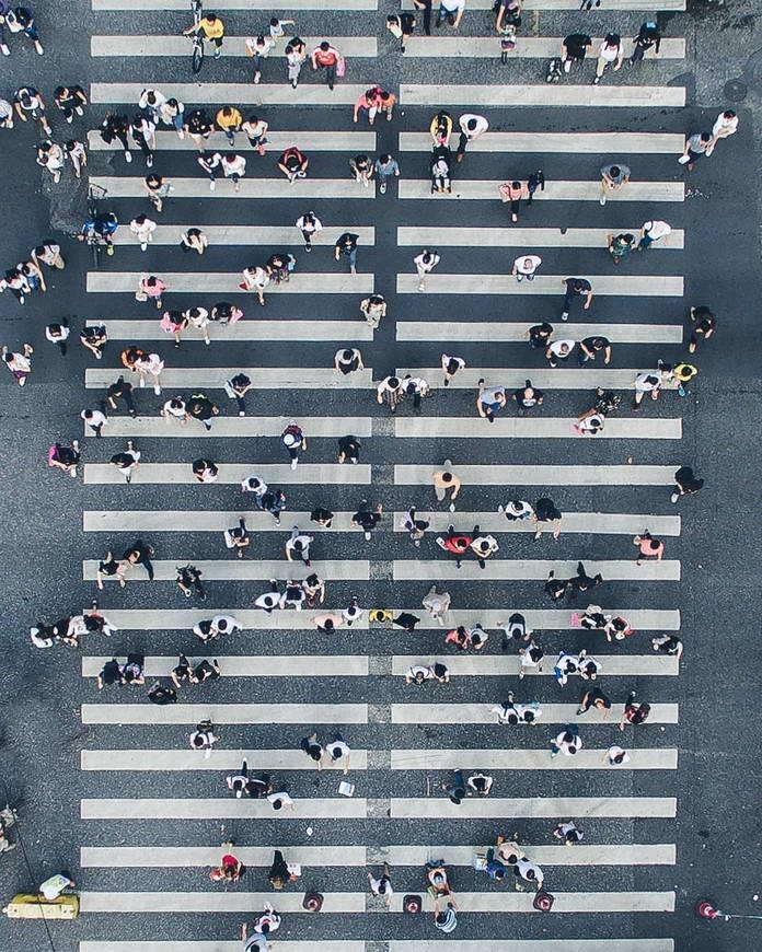 Люди на пешеходном переходе. Гонконг, Китай