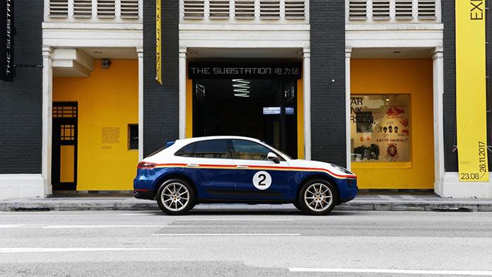 Porsche Macan in Rothmans Design на Армянской улице в Сингапуре