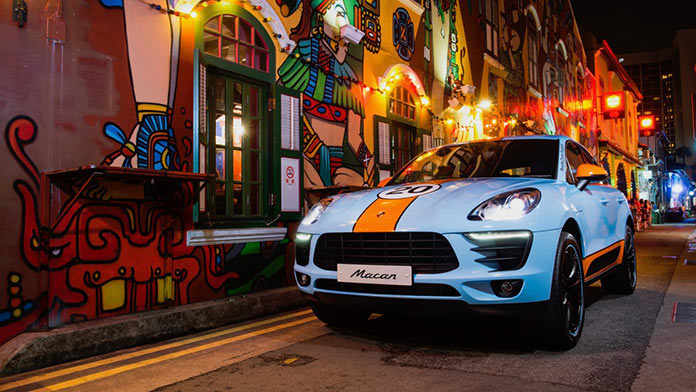 Porsche Macan in Gulf Design на улице Хаджи в Сингапуре
