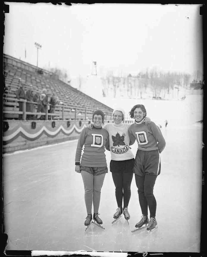 Колькобежцы Элизабет Дюбуа, Жан Уилсон и Кит Клейн позируют на зимних Олимпийских играх 1932 года в Лейк-Плэсиде