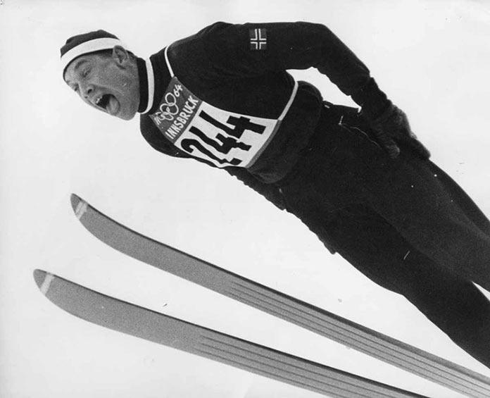 Норвежский лыжник Торбьерн Йггететт прыгает с трамплина на зимних Олимпийских играх 1964 года в Инсбруке, Австрия