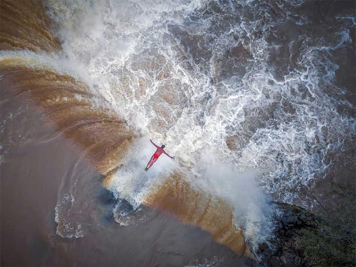 Ему больше шестидесяти. Рекордсмен гиннеса по подводному плаванию. Фотографии-победители конкурса аэро-фото SkyPixel Photo Contest 2017