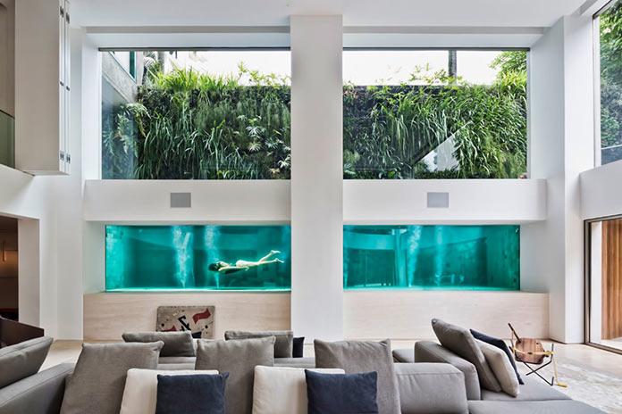 Бассейн в стене гостиной. Двухуровневая квартира в Сан-Паулу, Бразилия