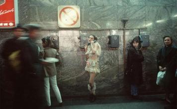 Девушка в странной одежде у таксофона. Фото Россия 90-х годов