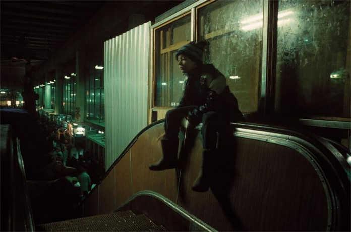 На эскалаторе. Фото Россия 90-х годов