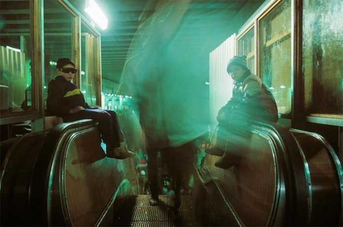 Мальчишки на эскалаторе. Фото Россия 90-х годов