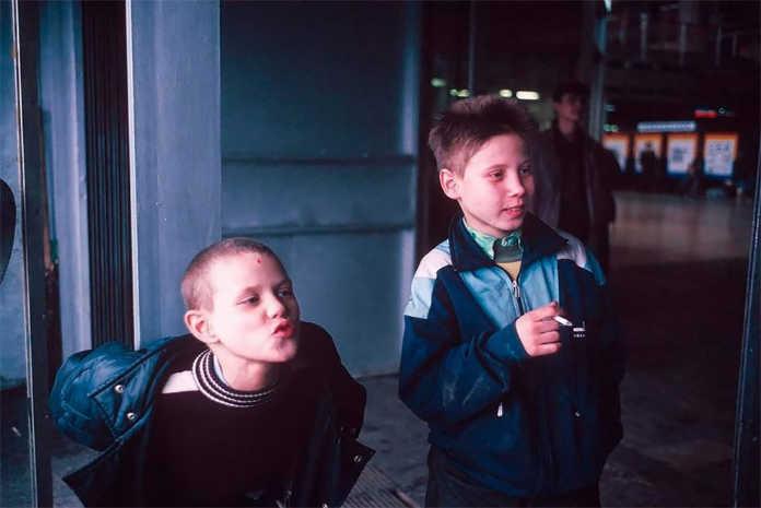 Мальчишки курят. Фото Россия 90-х годов