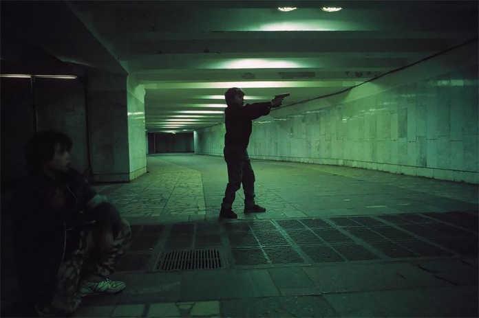 Подросток с пистолетом. Фото Россия 90-х годов