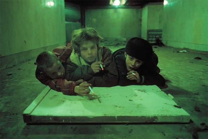 Курящие мальчишки. Фото Россия 90-х годов