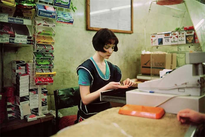 Продавец за кассой. Фото Россия 90-х годов