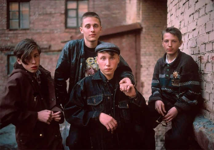 Подростки во дворе. Фото Россия 90-х годов