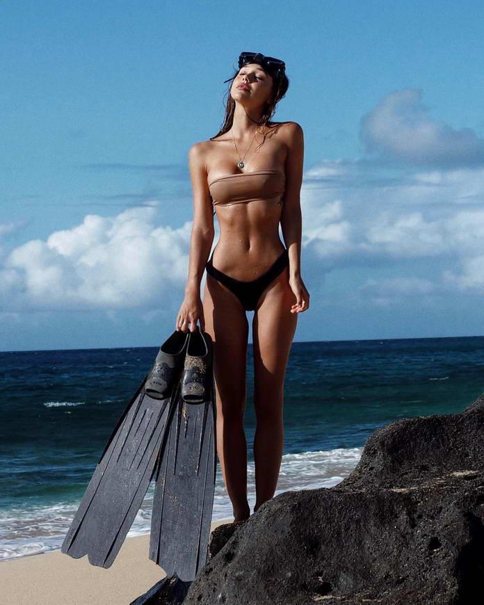 Алексис Рен в бикини на побережье