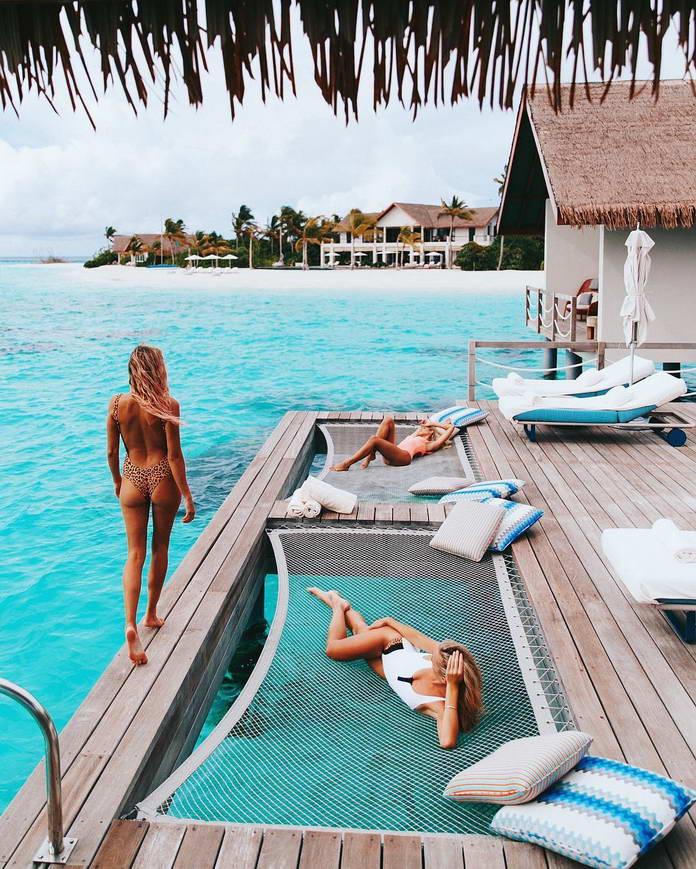 Девушки в бикини на райском тёплом побережье
