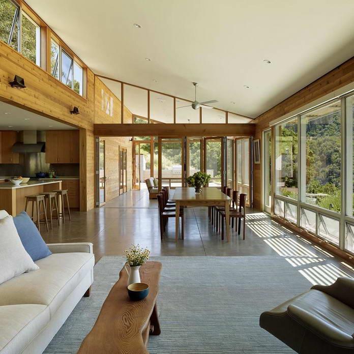 Гостиная и столовая отделанные деревом с панорамными окнами. Экологичный дом среди виноградников Калифорнии