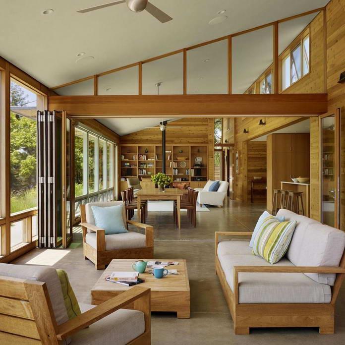 Гостиная отделанная деревом с панорамными окнами. Экологичный дом среди виноградников Калифорнии